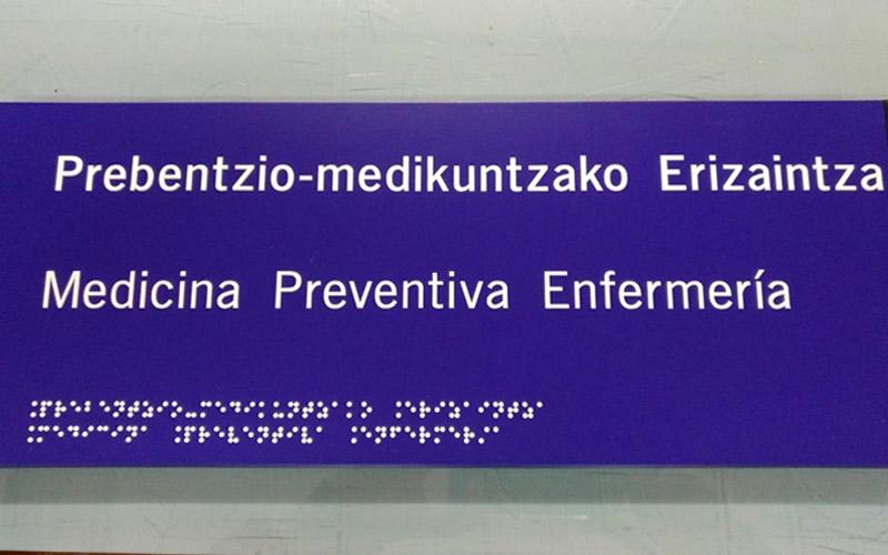 Rótulos en braille para personas con discapacidad visual.